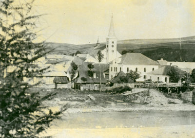 Pohľad na synagógu a kostol- rok 1910.