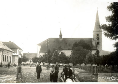 Fotografia z roku 1924 s dreveným plotom okolo parku.
